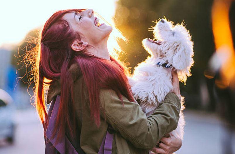 chien femme heureux