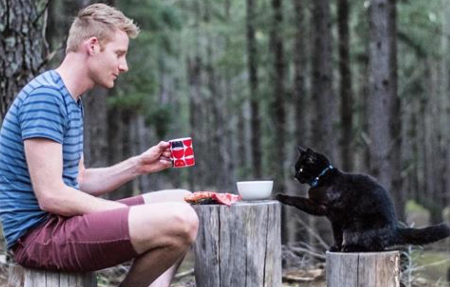 cet homme a tout quitt pour partir l 39 aventure avec son chat. Black Bedroom Furniture Sets. Home Design Ideas
