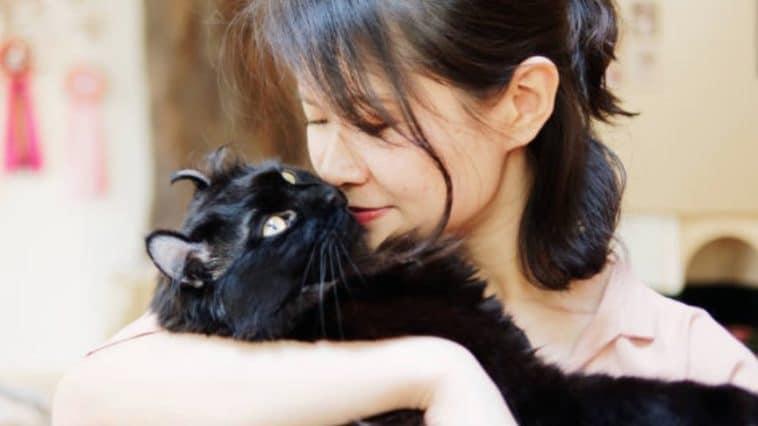femme câlin chat