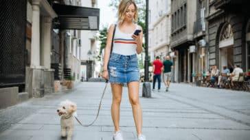 chien promenade en ville femme
